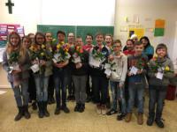 Schülerinnen und Schüler der Mittelschule Türkenfeld verschenken Rosen zum Valentinstag